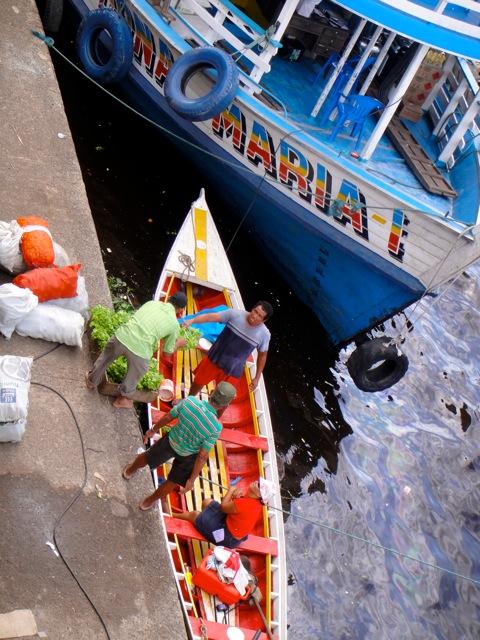 Quase todo o transporte de comida segue por via fluvial
