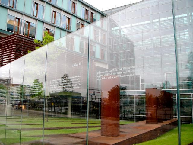 Obsessão por transparência: cada vidro tem a reprodução de um parágrafo da constitui