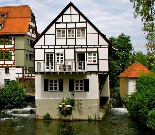 Essa casa fica numa ilha fluvial, bem no meio do rio
