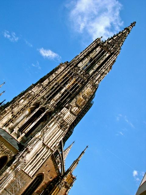 """Essa aqui é a catedral, que começou a ser construída em 1377 e só ficou pronta em 1890 (agora está em reforma). Segundo os """"ulmenses"""", é a torre de igreja mais alta do mundo, com 161,60 m."""
