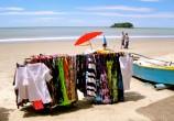 Praia vazia e colorida