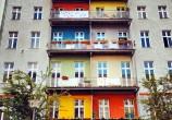 Esse prédio era feio, cinza e sem-graça. Olha que solução simples e genial para fazê-lo ficar lindo!