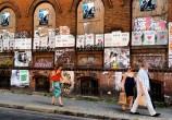 Acho que esse é o único lugar do mundo onde esses cartazes lambe-lambe combinam