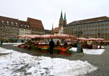 Essa feira fica na praça central do antigo mercado (mercado, na idade média, era o lugar onde se fazia feira).