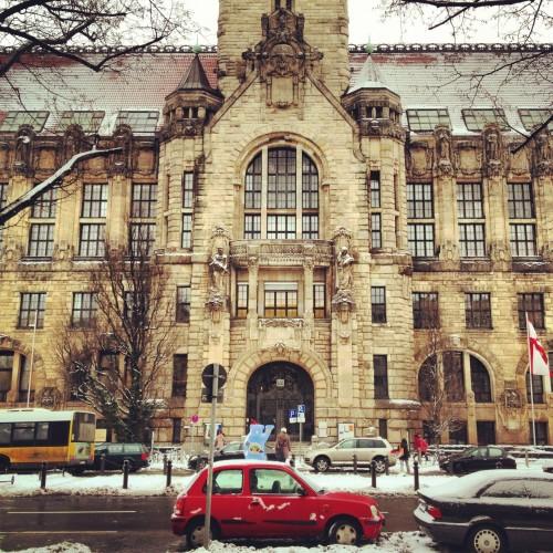 Parece Hogwarts, mas é apenas uma das 12 Volkshochschulen de Berlin, a Rathaus Wilmersdorf-Charlottenburg.