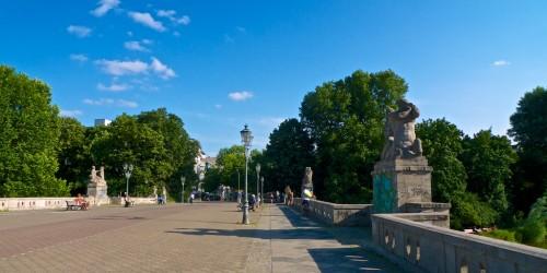 A ponte para pedestres que cruza o parque