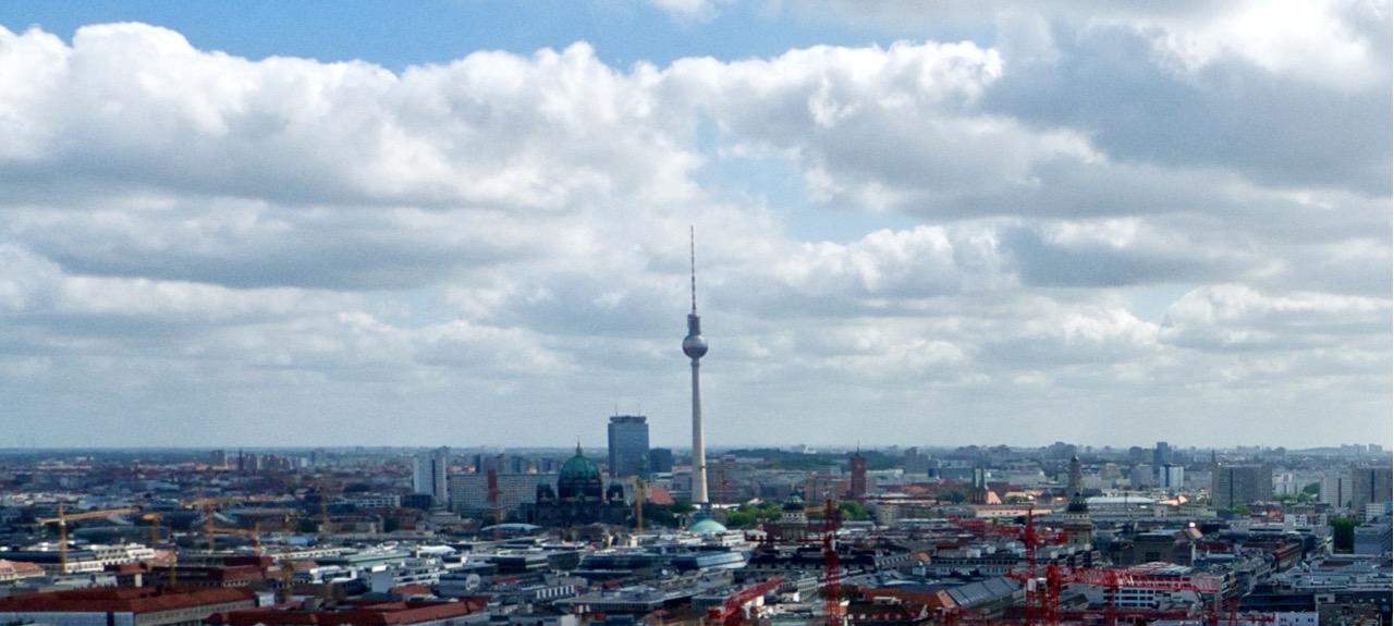 Na foto dá para ver o Park Inn ao lado da torre de TV (é esse retângulo do lado esquerdo).