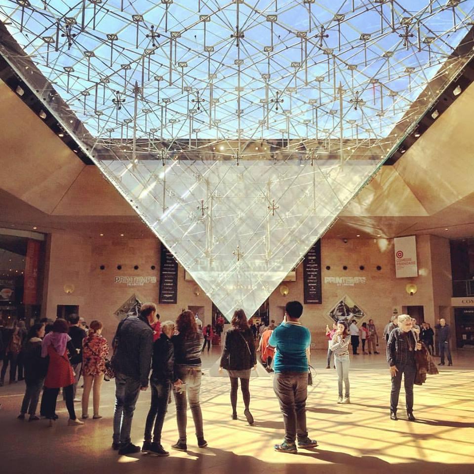 pirâmide de vidro subsolo Louvre