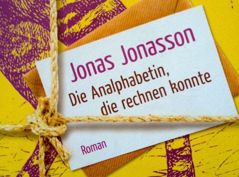 """A imagem mostra uma parte da capa do livro """"Die Analphabetin, die rechnen konnte"""", de Jonas Jonasson."""