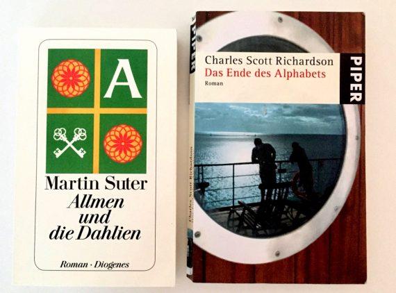 """A imagem mostra a capa de dois livros em alemão: """"Allmen uns die Dahlien"""", de Martin Suter e """"Das Ende des Alphabets"""", de Charles Scott Richardson."""