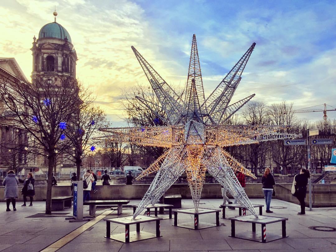 #paracegover A imagem mostra uma estrela com estrutura metálica coberta de lâmpadas de LED à beira do rio Spree, como parte da decoração de natal. Ao fundo, uma parte do Berliner Dom, a Catedral. — at Berliner Dom.