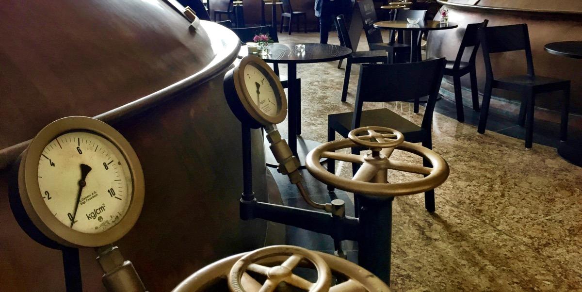 A imagem mostra o detalhe de vávulas instaladas nos tanques de cerveja.