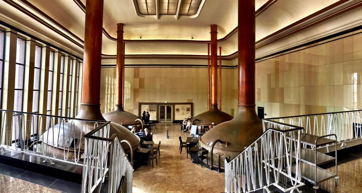 #paracegover Descrição para deficientes visuais: a imagem mostra quatro tanques e a porta de entrada do café.