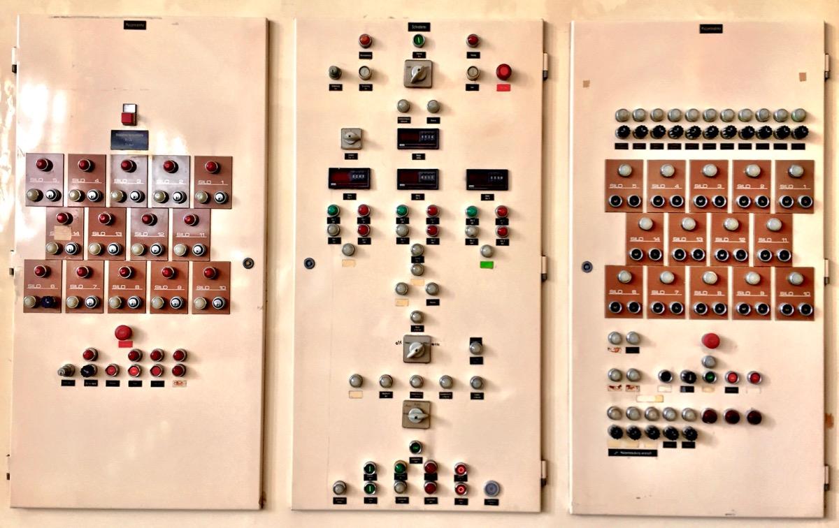 #paracegover Descrição para deficientes visuais: a imagem mostra o painel de controle cheio de chaves e botões.