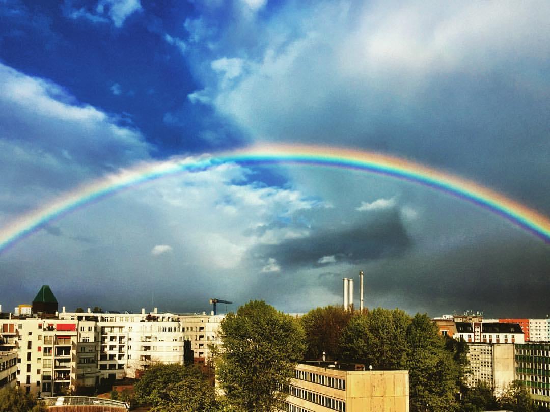 #paracegover Descrição para deficientes visuais: a imagem mostra um céu azul escuro com algumas nuvens e um arco-íris perfeito!!!