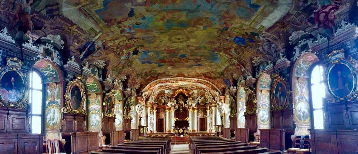 A imagem mostra uma sala ricamente adornada.