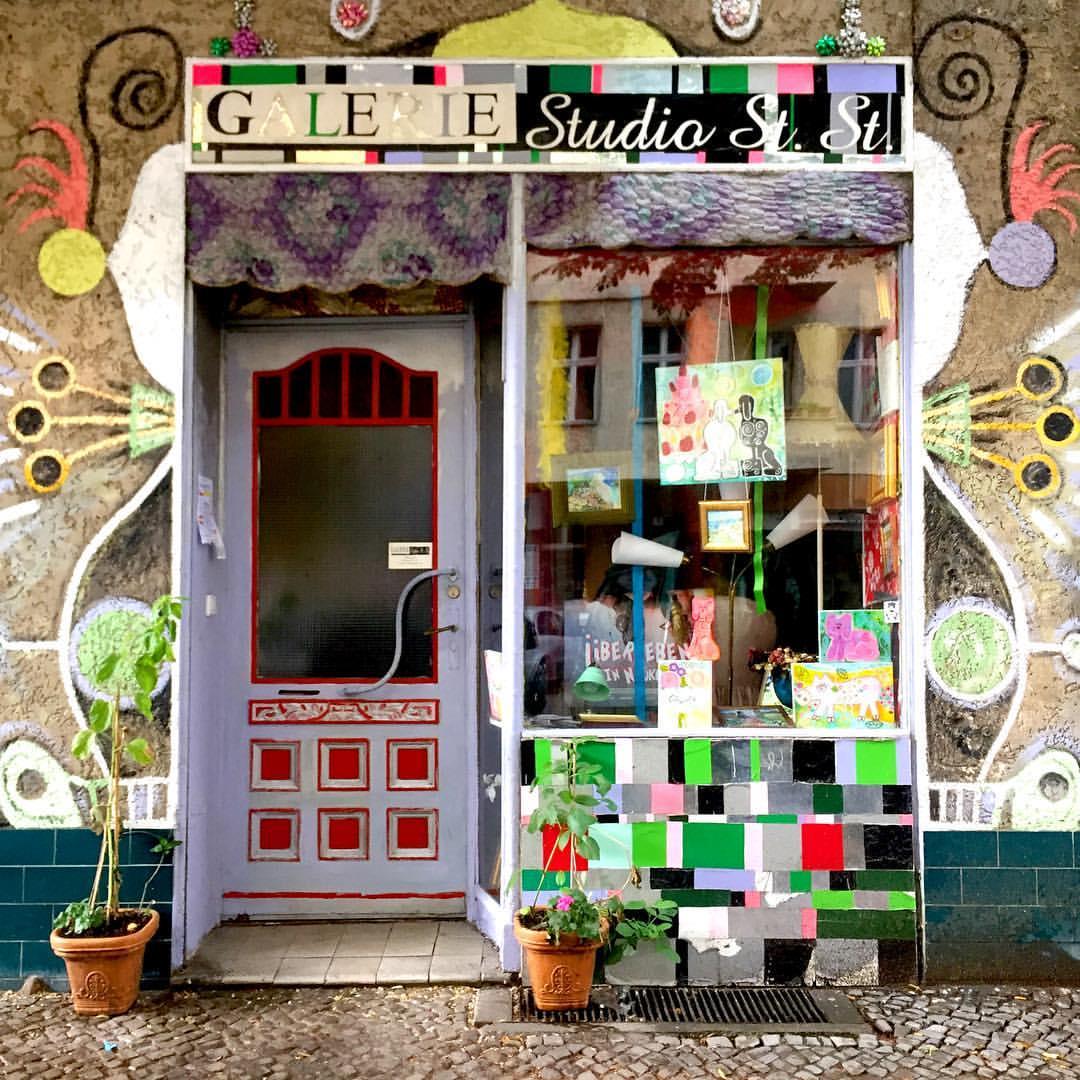 #paracegover Descrição para deficientes visuais: a imagem mostra a porta de uma pequena galeria de arte que, em si, já é uma bela obra, cheia de recortes, colagens, mosaicos e cores. — at Galerie Studio St. St.