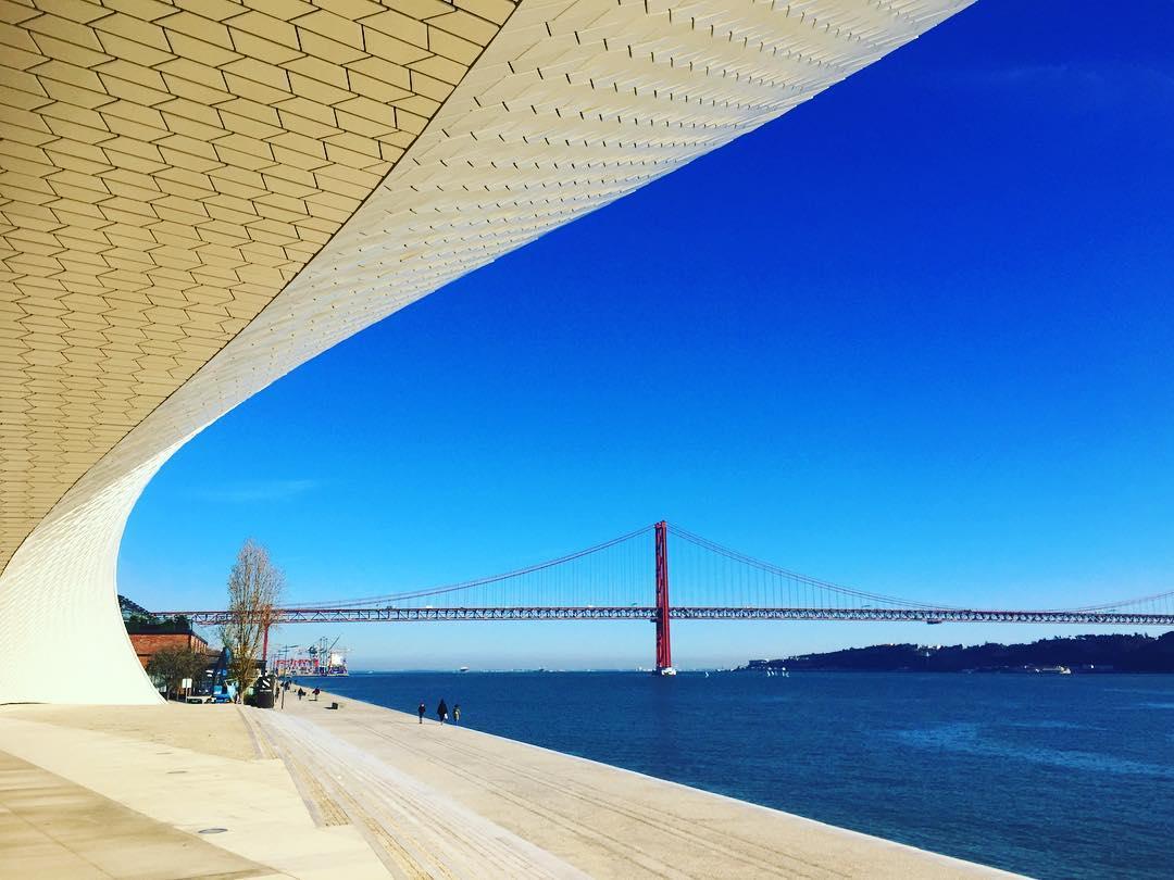 #paracegover Descrição para deficientes visuais: a imagem mostra a ponte 25 de abril vista do Maat, Museu de Arte, Arquitetura e Tecnologia de Lisboa. O céu está azul, azul, bem como as águas do Tejo. — at Museo Maat - Lisboa Portugal.