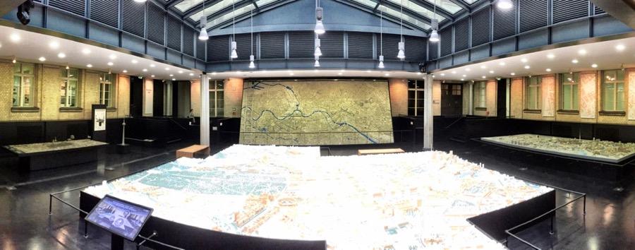 Sala de exposição dos modelos. No centro e ao fundo, as mais atualizadas (65m2 e 52 m2). À esquerda, a maquete para deficientes visuais e à direita, o modelo da cidade em 1989, imediatamente antes da queda do muro.