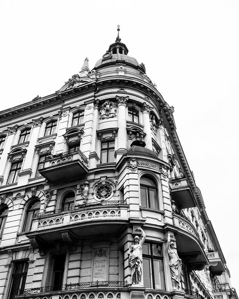 #paracegover Descrição para deficientes visuais: a imagem mostra um prédio de esquina visto de baixo para cima. A construção é belíssima, cheia de detalhes, esculturas e uma pequena torre em cima. Para mim, é um dos prédios mais bonitos da cidade. — at Copyhaus Vervielfältigungs GmbH Kopiercenter 1.