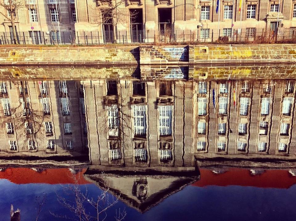 #paracegover Descrição para deficientes visuais: a imagem mostra o prédio do Ministério da Defesa refletido nas águas de um dos canais do rio Spree. — at Bundesministerium der Verteidigung.