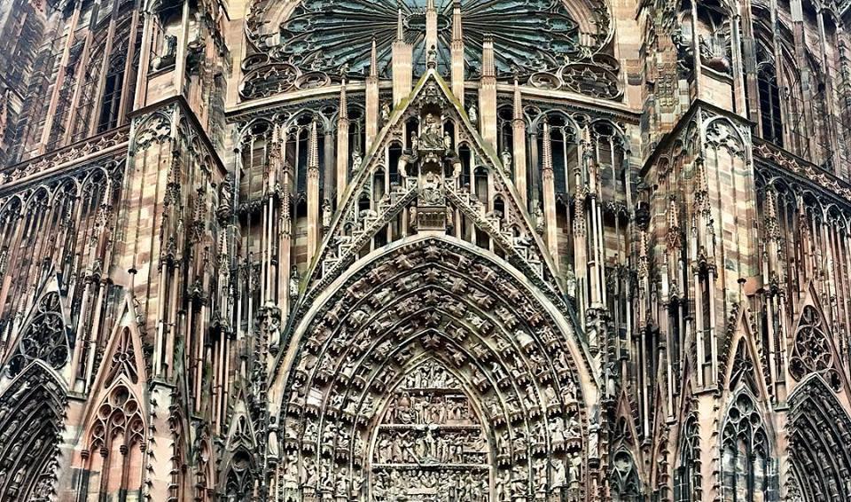 #paracegover Descrição para deficientes visuais: a imagem mostra detalhes da impressionante fachada gótica da Notre Dame de Strasburgo, construída no ano de 1015!