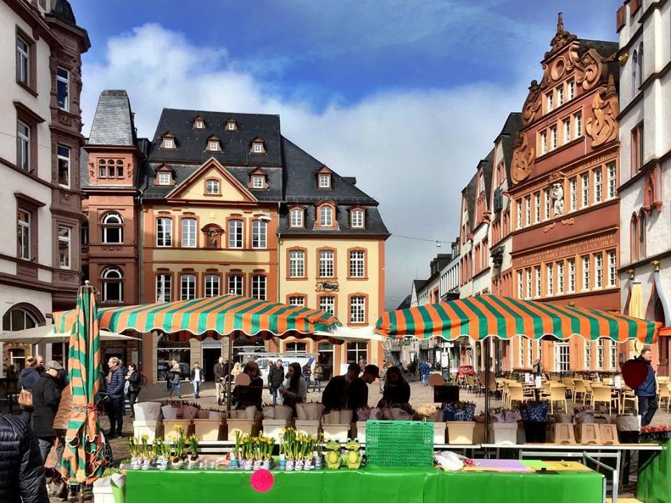 #paracegover Descrição para deficientes visuais: a imagem mostra o Hauptmarkt de Trier, a cidade mais antiga da Alemanha. A Catedral (que não aparece na foto) não é muito fotogênica, mas é gigante e tem 1600 anos! 😮😮😮 — at Trier Hauptmarkt.