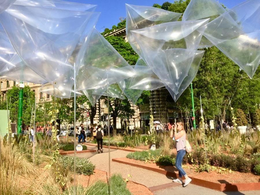 A cidade toda enfeitada das maneiras mais criativas adorei essas bolhas de plástico transparentes servindo de teto para uma praça de eventos.
