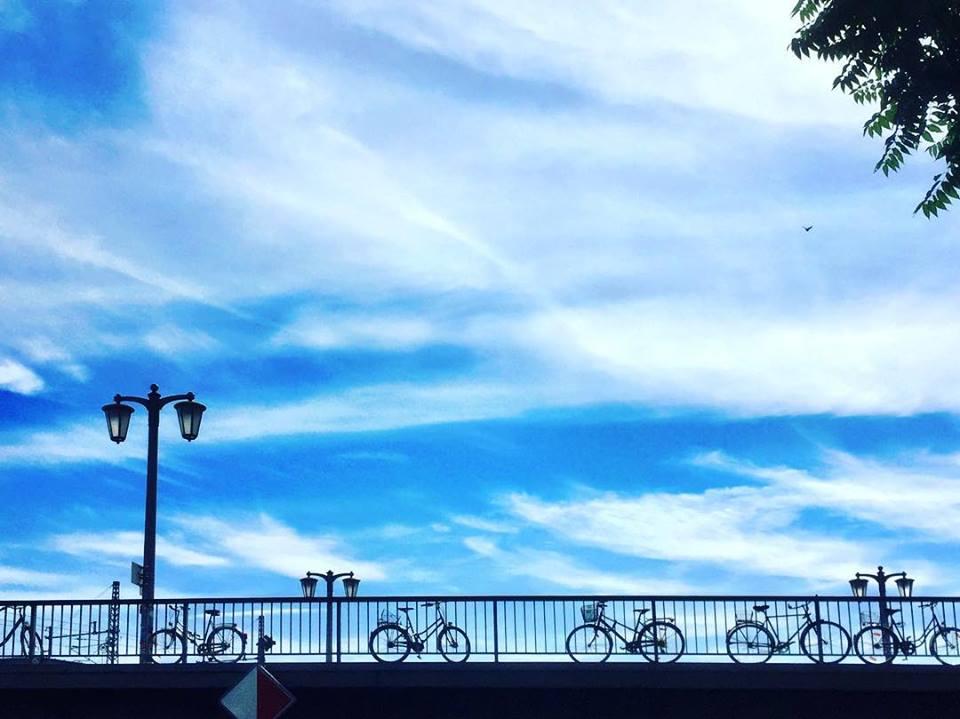 #paracegover Descrição para deficientes visuais: a imagem mostra a silhueta de bicicletas estacionadas na grade de uma ponte. O céu está azul, azul... — at Jannowitz Bridge.