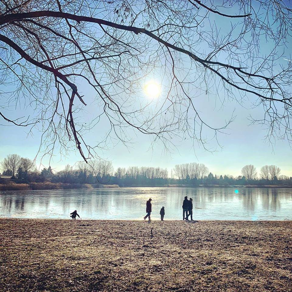 #paracegover Descrição para deficientes visuais: a imagem mostra silhuetas de pessoas caminhando pela praia de um lago congelado. — at Am Kaulsdorfer See.