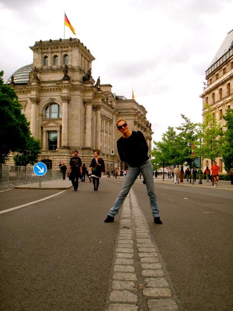 Nem tudo é tristeza. Essa faixa mostra onde passava o muro, bem ao lado do atual parlamento. Estou com um pé em cada lado de Berlim. Esse prédio histórico cheio de histórias vai merecer uma visita especial, aguardem!