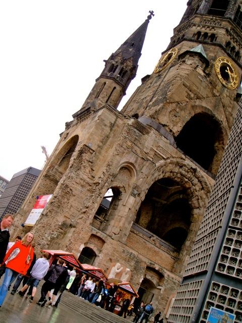 Essa igreja foi destruída durante a guerra e foi deixada assim para ninguém se meter numa coisa assim de novo