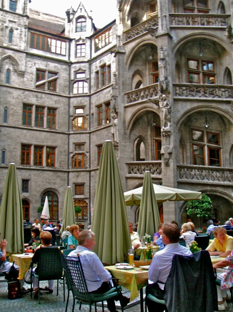Restaurante instalado no vão do prédio da Hathaus