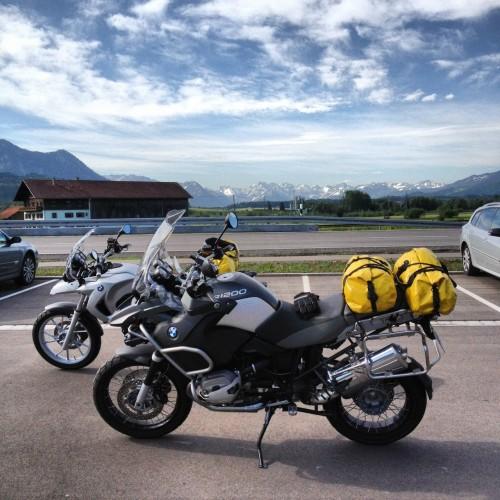 As duas motos com os Alpes ao fundo