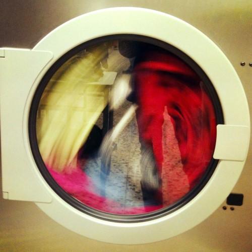 Lavando roupa.