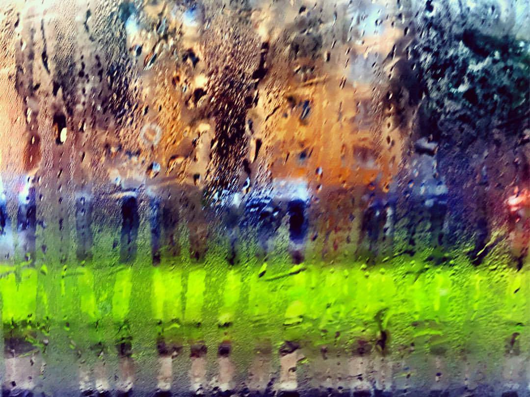 #paracegover Descrição para deficientes visuais: a imagem, capturada de dentro da janela de um ônibus, mostra uma janela embaçada com a chuva que cai lá fora. Mesmo assim, o cenário é bem colorido: a foto foi tirada num domingo, dia da maratona e das eleições. — in Berlin, Germany.
