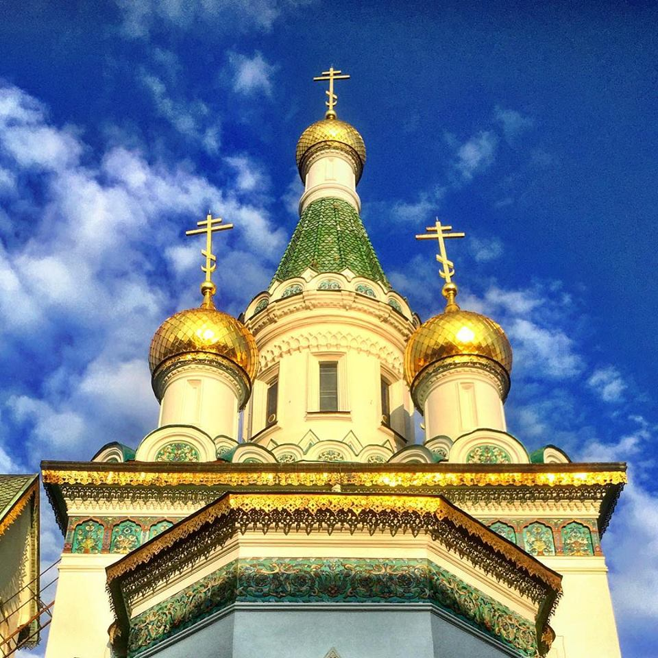 #paracegover Descrição para deficientes visuais: a imagem mostra a cúpula com uma torre alta seguida de duas menores, de uma igreja ortodoxa. Os globos dourados nas pontas e os estampados miúdos nos acabamentos são impressionantes. O céu está azul (depois de um dia todo nublado). — at Russian Church, Sofia.