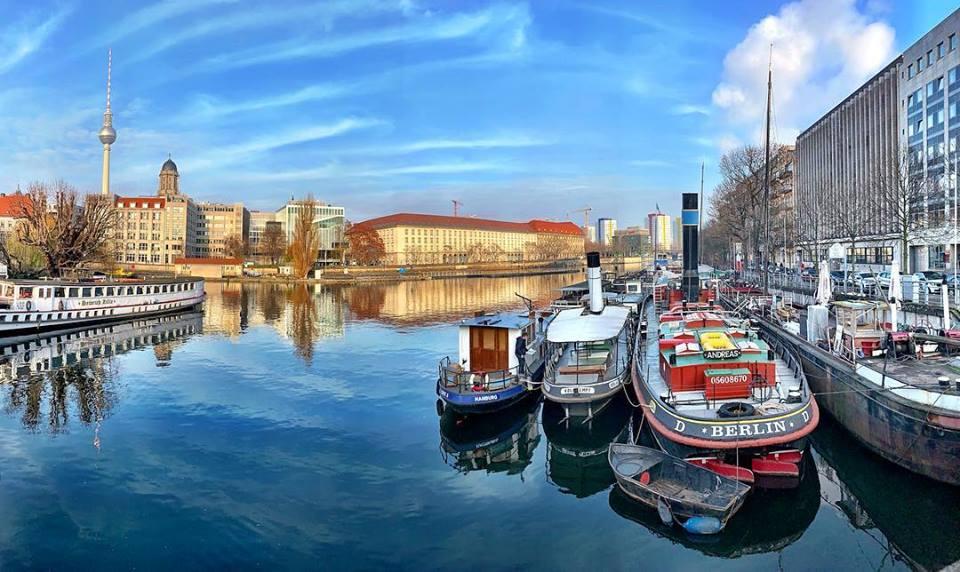 #paracegover Descrição para deficientes visuais: a imagem mostra o porto histórico visto de cima de uma das pontes que atravessam os canais do rio Spree, perto da Embaixada do Brasil em Berlim. O céu está azul e gelado... — at Historischer Hafen Ber.